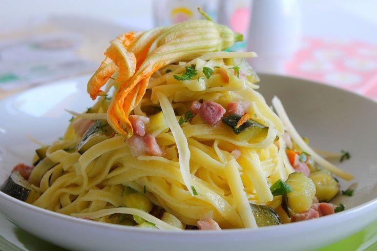 Tagliatelle all'uovo con pancetta, zucchine e fiori di zucca