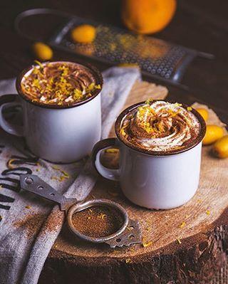 Апельсиновый горячий шоколад  1 банка сгущенного молока 250 г тертого шоколада 500 мл молока  1 ч. л. апельсинового экстракта (2 ч. л. цедры апельсина) взбитые сливки корица (по вкусу)  1. В большой кастрюле на среднем огне смешать молоко, сгущенку и тертый шоколад. Когда шоколадная стружка полностью расплавится, убавить огонь.  Помешивая, довести смесь до кипения и снять с плиты. 2. В шоколадную смесь добавить апельсиновый экстракт и тщательно перемешать. 3. Подавать горячим. Перед под...
