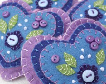 Vilten hart Kerstbal in blauw met sneeuwvlok borduurwerk.  Blauwe en witte Scandinavische stijl hart Kerstdecoratie. Hand geborduurde sneeuwvlok design met blanket-stitched randen, knop detail en een lus voor opknoping.  9,5 cm hoog.  Blauwe achtergrond met witte borduurwerk en knop.  U ziet meer vilten hart ornamenten hier; https://www.etsy.com/ie/shop/PuffinPatchwork?ref=hdr_shop_menu&section_id=19324374#policies