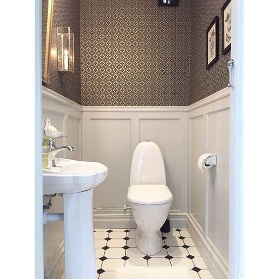 Jag behöver er hjälp, när vi åker till Thailand i februari i två veckor ska vi passa på att renovera om vår gästtoa på nedervåningen. Den är orörd sedan 1975 (!) och det är ändå toaletten vi alla använder mest och alla gäster besöker när de är över. På övervåningen har vi marmorinspirerat på väggarna …