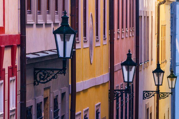 Pastelové lampy, Bretislavova ulice