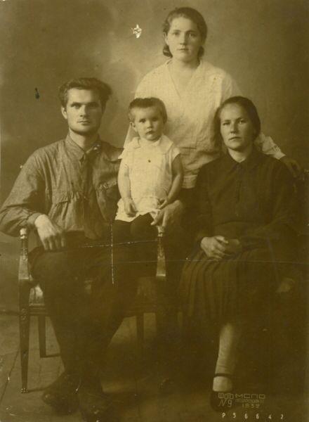 Моя бабушка в возрасте двух лет Надежда, ее папа Георгий Попков, жена Любовь Васильевна Попкова, сзади стоит Екатерина Рыбакова, сестра Любови Васильевна. Снято в 1932 году в Москве