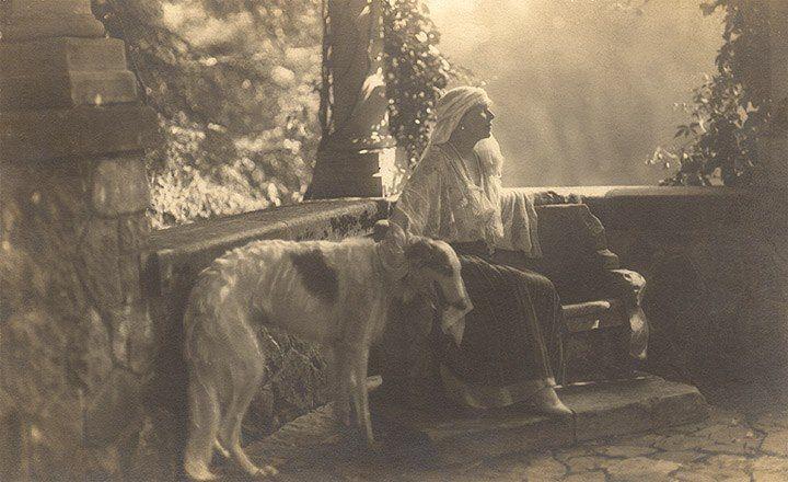 Królowa Rumunii Maria z chartem, około 1900 r.
