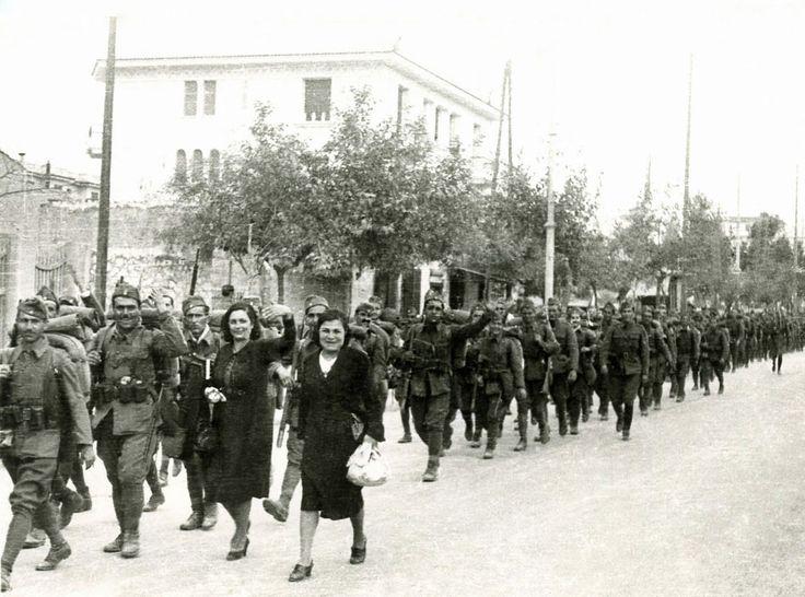 Ένα σημαντικό μέρος των ελληνικών στρατευμάτων που πολέμησαν στην Αλβανία μεταφέρθηκαν με ελληνικά πλοία. / A number of Greek troops that fought in Albania were transported by Greek ships.