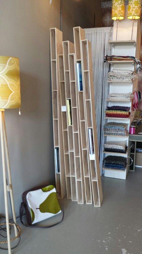Leuk zelfmaak idee voor boekenkast voor koffietafel boeken en kijkboeken. Bij Urban Shopper voor €60 per deel te koop. Osb plaat.