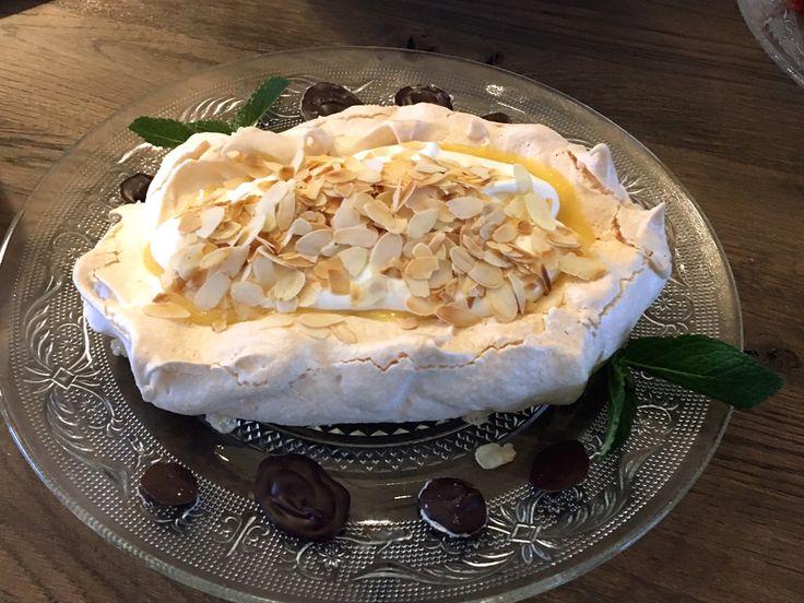 Een succesnummer! Perfect als #toetje, maar ook als #taart te serveren. #Pavlova van gebakken #eiwitschuim met daarop zelfgemaakte #lemoncurd, lobbige #slagroom met een vleugje #vanille en #amandelen.
