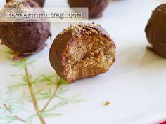 Kahveli Çikolata Topları Tarifi - Kevser'in Mutfağı - Yemek Tarifleri http://www.kevserinmutfagi.com/kahveli-cikolata-toplari-tarifi.html