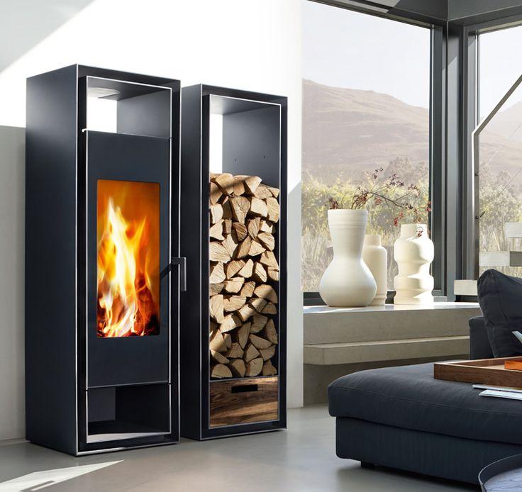 Eine besonders große, vertikale Glasscheibe ermöglicht die einzigartige Sicht auf das fesselnde Flammenspiel. Zum architektonischen Wohnkonzept dieses Kaminofens gehört eine geräumige Ablage für Brennholz.