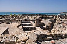 Durante la romanización adquiere mayor importancia la localización costera para los nuevos asentamientos. La cercanía al mar para permitir el comercio marítimo y la explotación de las factorías de garum, salazones y viveros