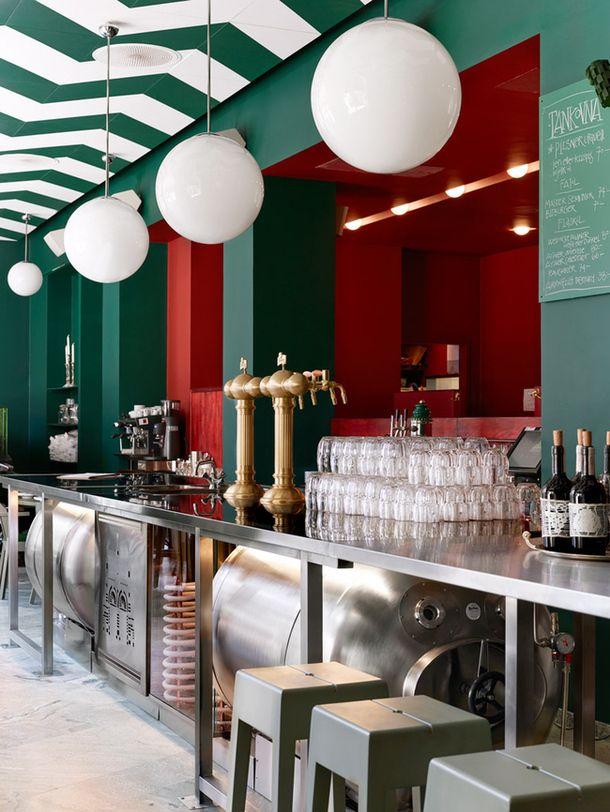 На улице Биргер Ярлсгатан в центре Стокгольма открылся второй в городе Bar Central – центрально-европейская кухня, большая карта вин и свежее танковое пиво прямиком с чешской пивоварни.