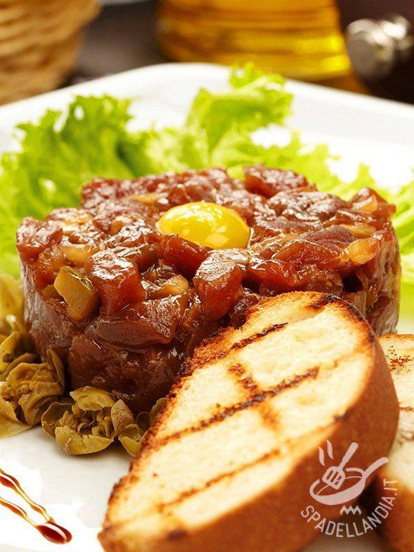 Tartara di tonno e melanzane: una ricetta davvero originale, che tra gli ingredienti, ha anche le uova di quaglia! Per arricchire il ricettario di tartare!