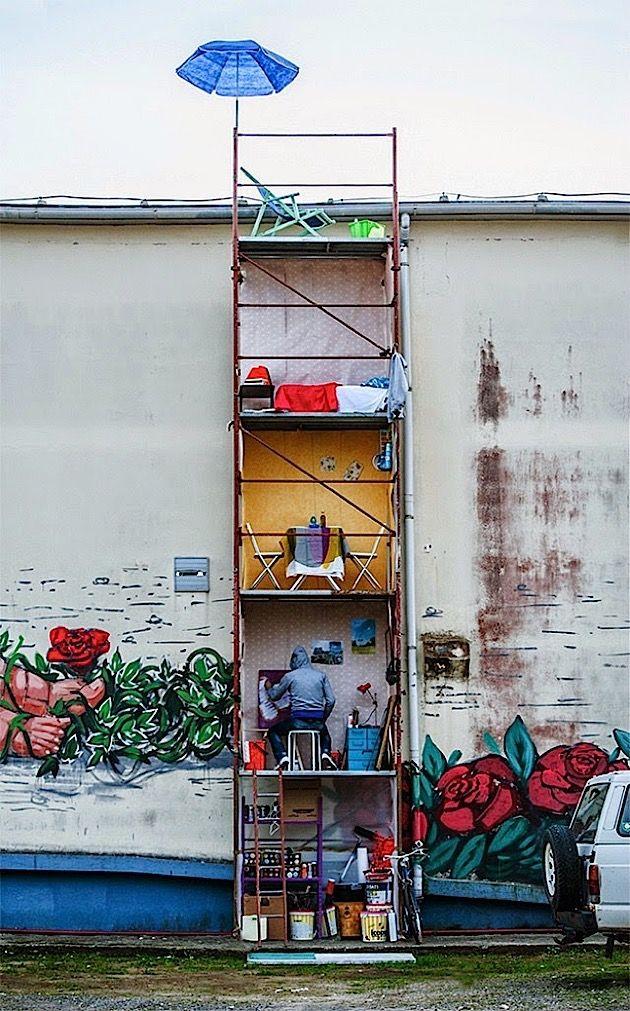 """Hier haben wir das neueste Street Art Projekt von Fra.Biancoshock. Wir haben uns ja schon so einige Werke des italienischen Künstlers angeguckt, schaut mal hier. Das neue Projekt nennt sich """"24/7"""", steht in Gaeta in Italien und zeigt uns ein Baugerüst mit"""