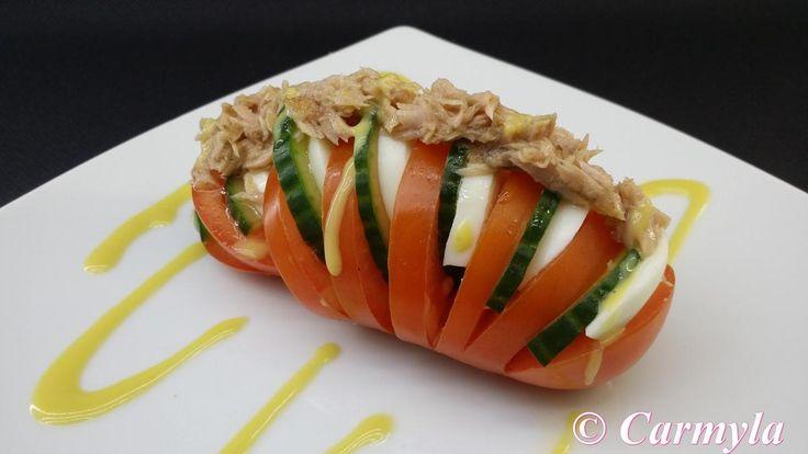 DESCRIPCIÓN: tomate pera cortado en forma de acordeón, con pepino, huevo, ventresca y vinagreta de huevo a la miel