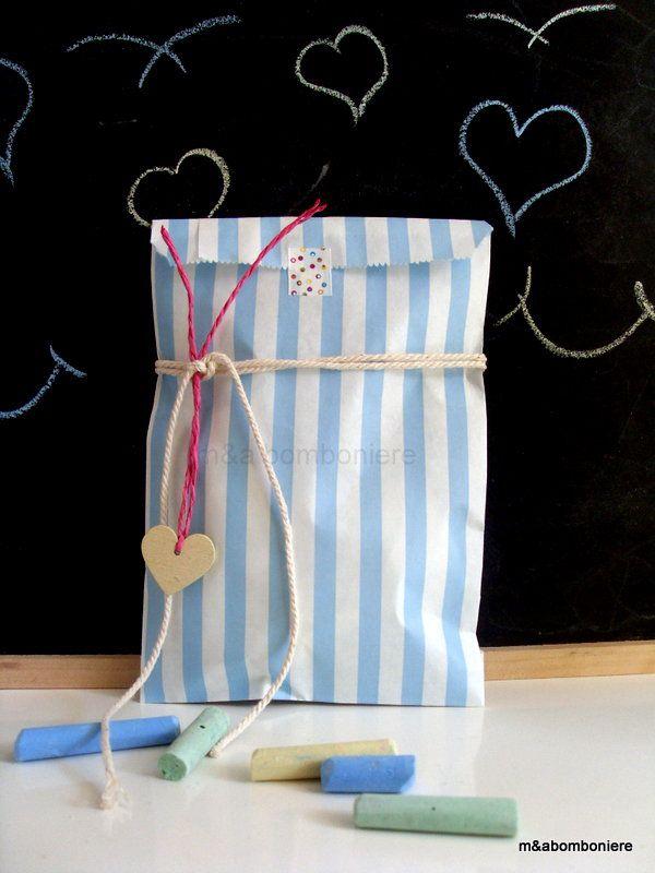 Γαλάζιο ριγέ σακουλάκι, με μια ξύλινη καρδούλα, λεπτά κορδονάκια και washi tape. Τιμή: 1,50 ευρώ.