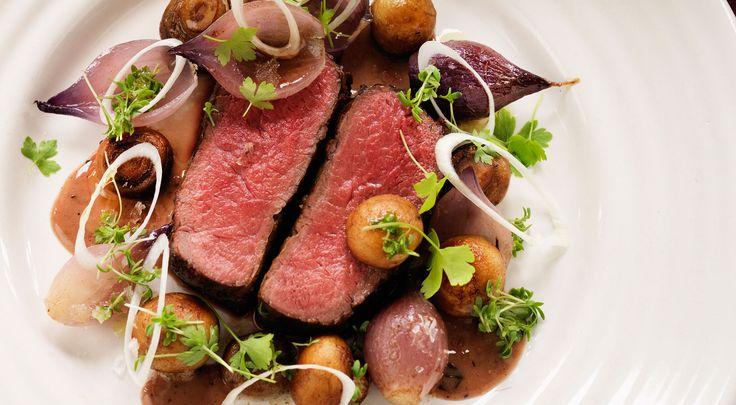 Recept på hjortrygg. Hjort är lyxigt gott, men tillbehören passar bra även till annat viltkött.