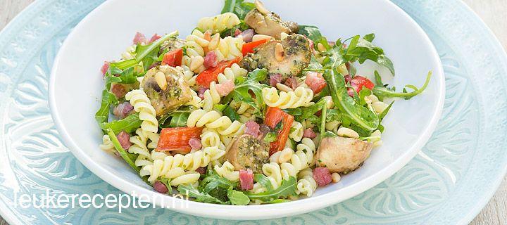 Pastasalade met pesto en champignons: Makkelijke frisse salade met pasta, champignons gebakken in pesto, puntpaprika en knapperige spekblokjes