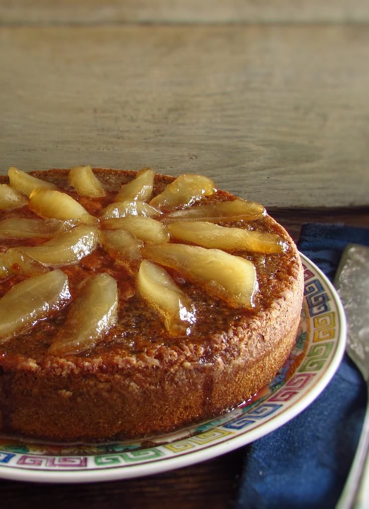 Rosemary cake topped with caramelized pear | Food From Portugal. This cake recipe presents an interesting blend of flavors, the rosemary aroma with the delicious topping of caramelized pear. Try it, you will love it !!!