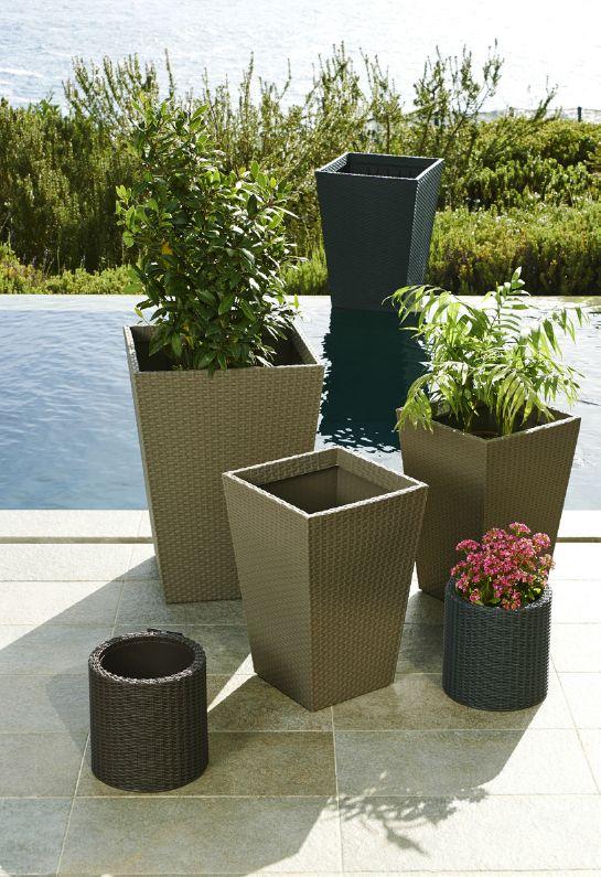 Un jard n moderno y urbano debe contar con maceteros y for Easy terrazas chile