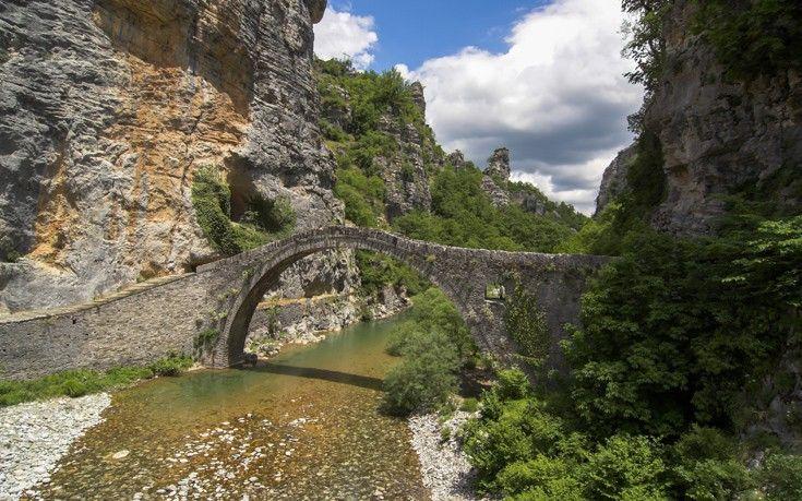 Η Ήπειρος φημίζεται για τα πέτρινα γεφύρια της και αυτό του Κόκκορη στο Κεντρικό Ζαγόρι, κοντά στα χωριά Κουκούλι, Δίλοφο και Κήπους είναι ιδιαίτερα γνωστό και πολυφωτογραφημένο. Το γεφύρι με τη μοναδική καμάρα του είναι από τα πιο καλοδιατηρημένα στην περιοχή και χτίστηκε το 1750 με χρήματα του Νούτσου Κοντοδήμου ενώ αργότερα επισκευάστηκε πολλές φορές.
