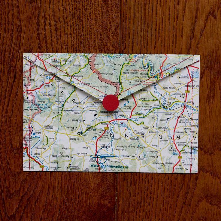 Nieuw bij LhGWR shop: Stitch - enveloppen van Geanne Welles.  Stitch zijn gestikte enveloppen. De kaarten komen uit 2ehands weg-atlassen en worden in elkaar gezet middels een knalrood stiksel. De enveloppen zijn voorzien van witte etiketten voor het adres en een zelfklevende sluiting in de vorm van een rode stip. €2,50