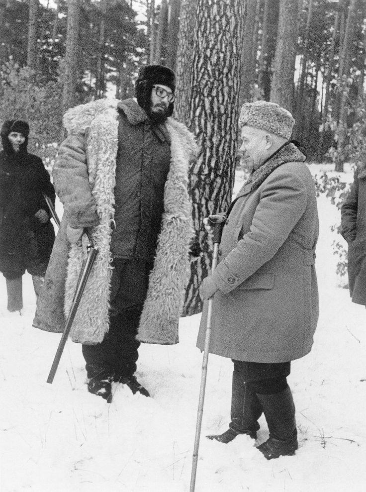 Первый секретарь ЦК КПСС Никита Хрущев  и лидер кубинской революции Фидель Кастро (слева) на охоте. 1964