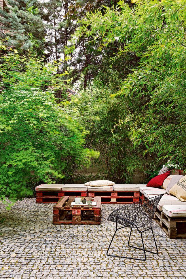 La palette détournée devient salon d'été dans le jardin.