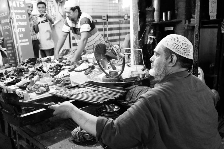 Thats how I roll - I couldn't resist taking a picture of this guy making kebabs with aplomb