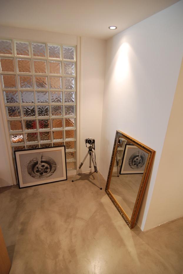 qué lindo en color arena y manchado! y la pared de ladrillos de vidrio!!!