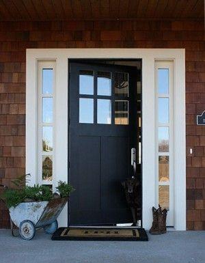 Moderne voordeur met zwart-wit combinatie. Deze moderne voordeur heeft toch een klassieke uitstraling. De mooie donkerblauwe kleur steekt prachtig af bij het witte deurkozijn. Door de ruitjes in de huisdeur en de raampjes naast de deur kun je prima zien wie er aanbelt.