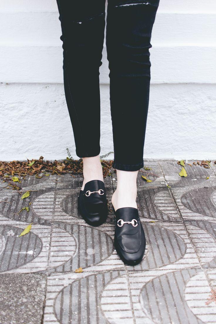Inspiração de look para a semana: total black com macacão, camisa de poás e mule! Vem conferir mais fotos e saber de onde são as peças :)