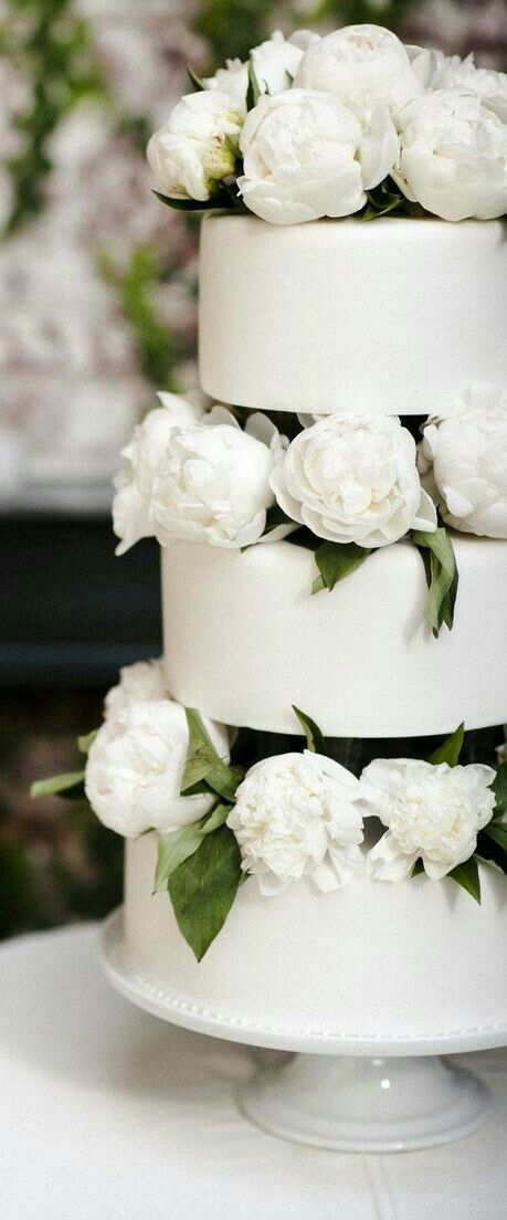 White wedding cake for a vintage wedding.