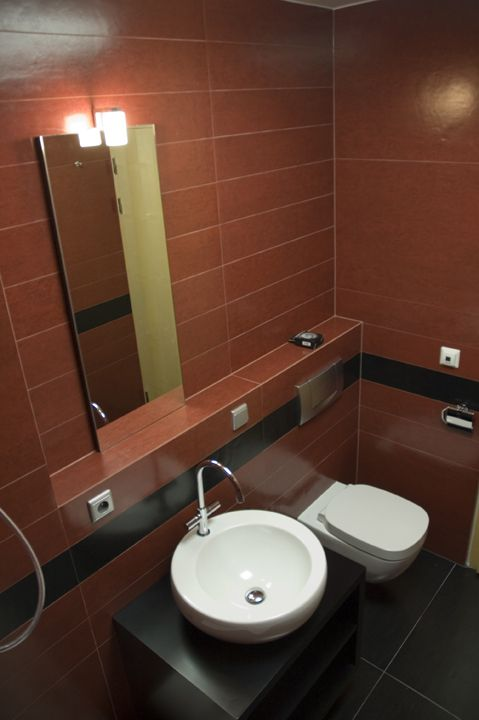 Private apartment. Prague. Red bathroom / Geddes-Kaňka Interiors