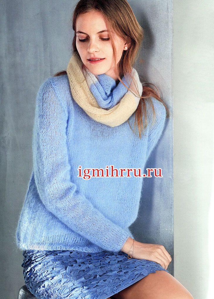 Голубой мохеровый пуловер и шарф-хомут. Вязание спицами