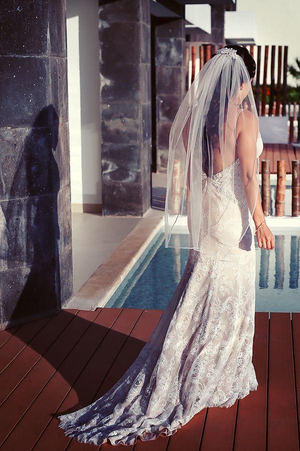 Latin bride in @angelrbridal backless wedding dress with long wedding veil. Bridal fashion inspiration by Quetzal Wedding Photo