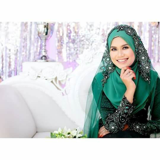 G.i photoshoot. Malay bride in green songket