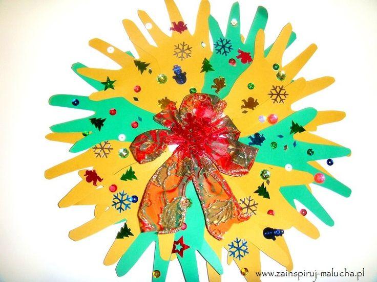 Świąteczny wieniec z odcisków dłoni