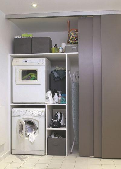 Wasmachine en droger boven elkaar achter schuifpanelen