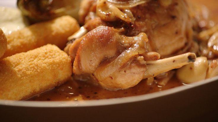 Vandaag brengt poelier Long een konijn mee voor een lekkere stoofpot die redelijk snel klaar is. Vlees van een konijn tussen 11 en 13 weken is mager en zit boordevol omega 3 onverzadigde vetzuren.Let er bij het kopen van een konijn op dat de nek maximum 2 centimeter lang is en dat de organen (lever, nieren) mooi blinken en niet te donkerrood zijn.Verdeel het konijn in stukken met een scherp mes of laat het werkje over aan de poelier. Een hakbijl kan voor splinters zorgen. Naast de billen…