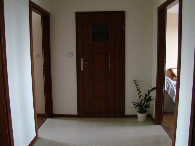 Wnętrza, Mały przedpokój - Panie i Panowie, bardzo proszę o radę, co zrobić z tym małym nieustawnym przedpokojem z sześciorgiem drzwi. Niestety musi się tu zmieścić...