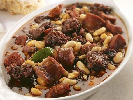 Pork and bean stew. Estofado de cerdo y frijoles
