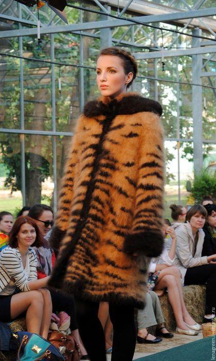 Купить или заказать Пальто из собачьей шерсти 'Тигр', ручное прядение, ручное вязание в интернет-магазине на Ярмарке Мастеров. Пальто из собачьей шерсти 'Тигр', ручное прядение, ручное вязание. Тигровый принт вывязан черной шерстью ньюфаундленда, фон - красный чау-чау. Рукав - реглан, отвороты рукава и капюшона отделаны черной шерстью ньюфаундленда. Воротник - стойка. Пальто дублировано атласной подкладкой.