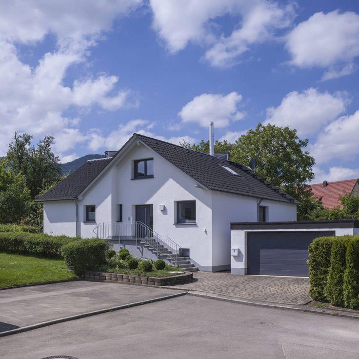 Ein Zweifamilienhaus in einer kleinen Gemeinde nahe Hechingen mit Ausblick auf die historische Burg Hohenzollern wurde für zwei Schwestern umgebaut.