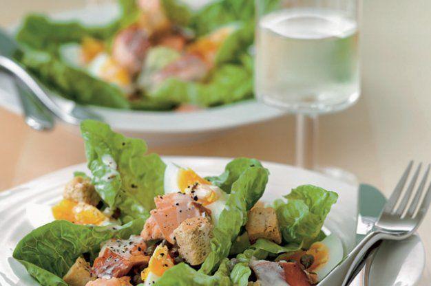 Salát s uzeným lososem a vejcem