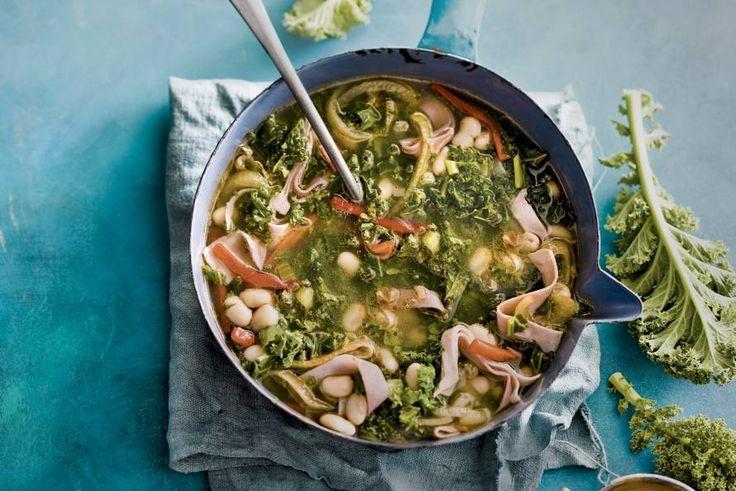 Rijkgevulde soep met boerenkool, bonen, paprika en hamreepjes - Recept - Boerenkoolsoep met witte bonen en ham - Allerhande