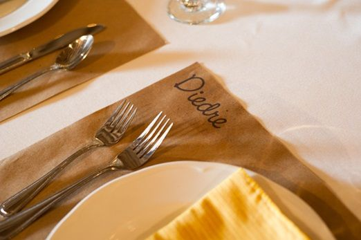 Instead of place cards recycled brown paper in DIN A4 with wedding stamp or sticker is super nice!