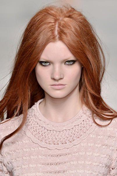 modella con capelli rosso fuoco e make up occhi nero