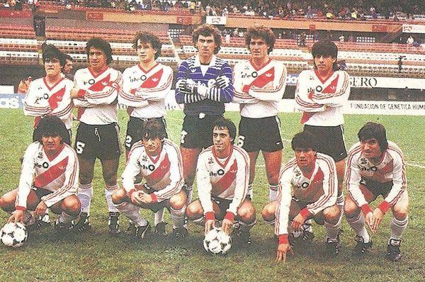 CAMPEON TORNEO 1985/86 Arriba: Gordillo, Gallego, Borelli, Pumpido, Ruggeri y Montenegro. Abajo: Amuchástegui, Francescoli, Morresi, Héctor Enrique y Alfaro. TORNEO 1985/86. VUELTA OLIMPICA EN LA BOMBONERA con un Francescoli tan majestuoso como exquisito, goleador absoluto con 25 goles, River obtiene el torneo, con 10 puntos de ventaja sobre Newell's, el 6 de abril, River venció 2-0 a Boca . Antes de iniciar el partido, River se da el gusto de dar la vuelta olímpica en la Bombonera.