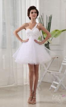 One-shoulder with organza hemline,let you be a elegant princess.