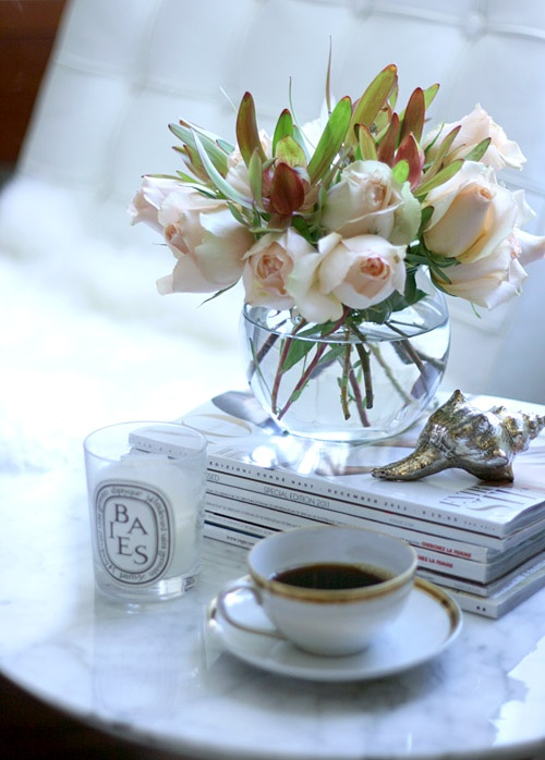 Baies, flowers, magazines. Lovely vignette.