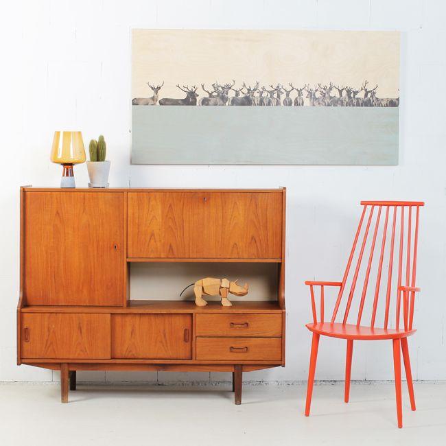 Hertenkamp, een modern design toont een minimalistisch design op zijn best. Met uitzicht op het pastel blauwe meer geniet de kudde herten van elkaars gezelschap. Dit design op duurzaam berkenhout is het perfecte item voor een goed gesprek.